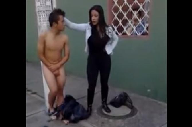 Mujer agarra a ladrón y lo humilla dejándolo desnudo en la vía pública (+VIDEO)