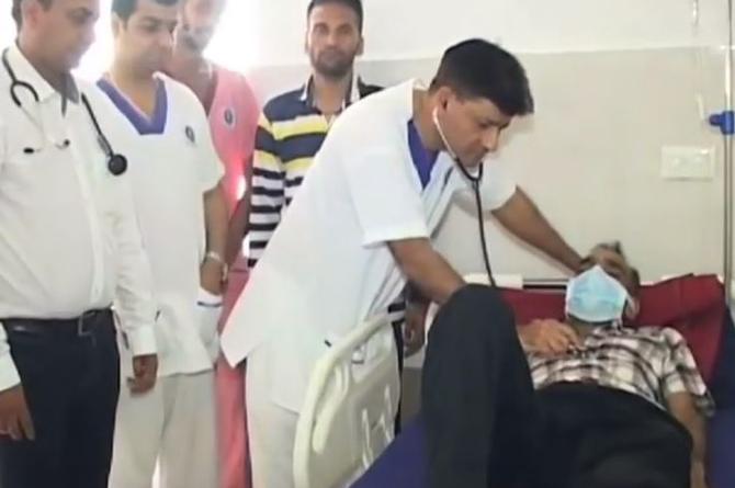 Fue al hospital por dolor de panza, ¡y le sacaron 40 cuchillos! (VIDEO)