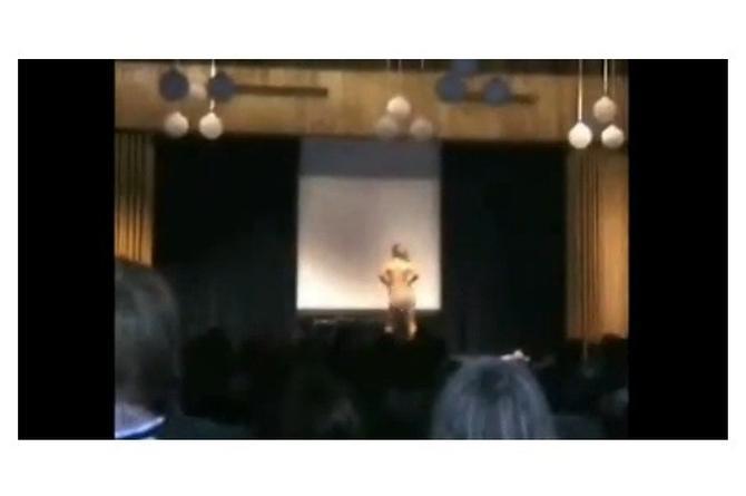 ¡Suelo! ¡Suelo! Chica se desnuda en su fiesta de graduación