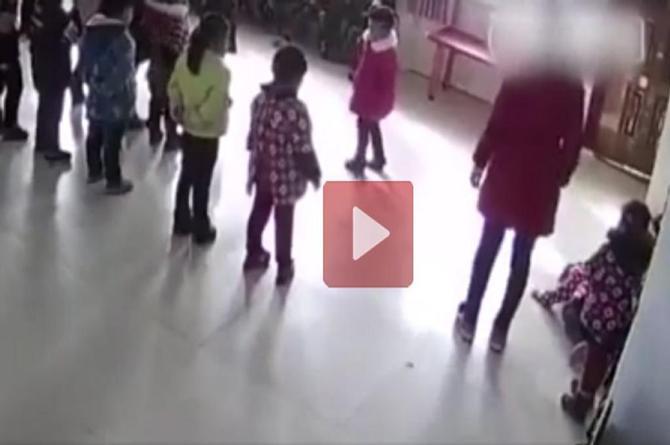 ¡De locos! Abusiva maestra golpea a patadas a dos alumnas ¡por no saber bailar! (+VIDEO)