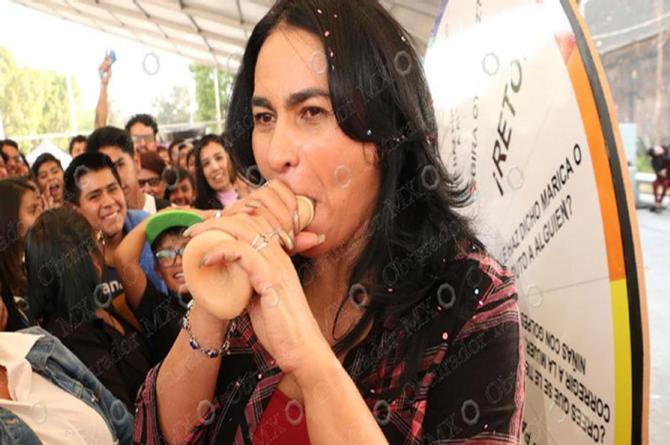 ¡Ay qué cosa! Delegada de Iztapalapa ¡domina la técnica de poner condones con la boca!