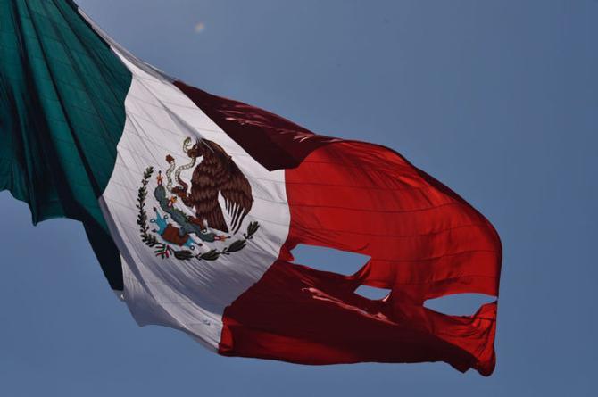Bandera de México sufre accidente, se rasga durante el homenaje por su 'cumpleaños' (VIDEO)