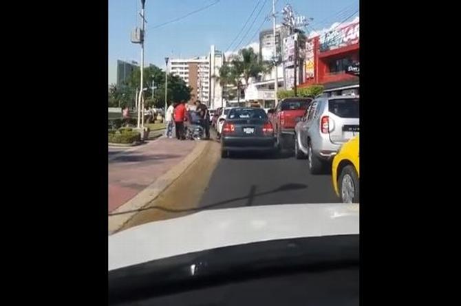 ¡Indignante! Taxista golpea a discapacitado en silla de ruedas ¡y sucede un milagro! (+VIDEO)