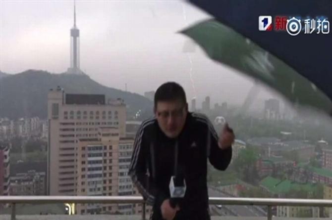 Reportero es alcanzado por un rayo ¡en plena transmisión en vivo! (+VIDEO)