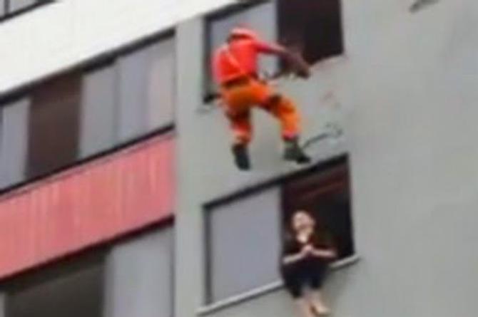 Bombero le da tremenda patada a una mujer ¡para evitar que se suicide! (+VIDEO)