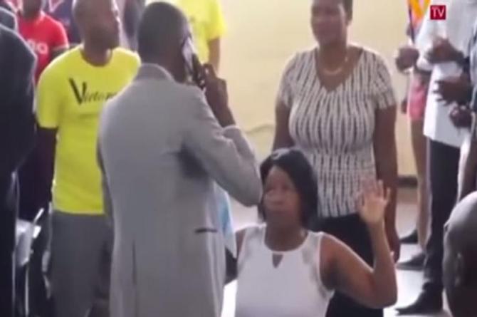 ¡Pastor tiene el don de  hablar por teléfono con Dios para ayudar a feligreses! (+VIDEO)