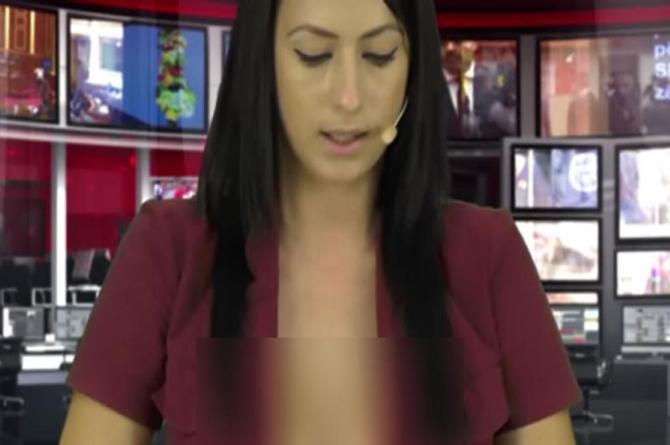 Conductora de noticias tiene ¡tremenda falla en su vestuario! (+VIDEO)