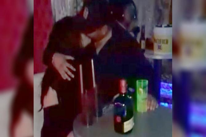 Besaba a la mujer de su vida, pero al tocarla descubrió la ENORME verdad  ¡quería morirse!