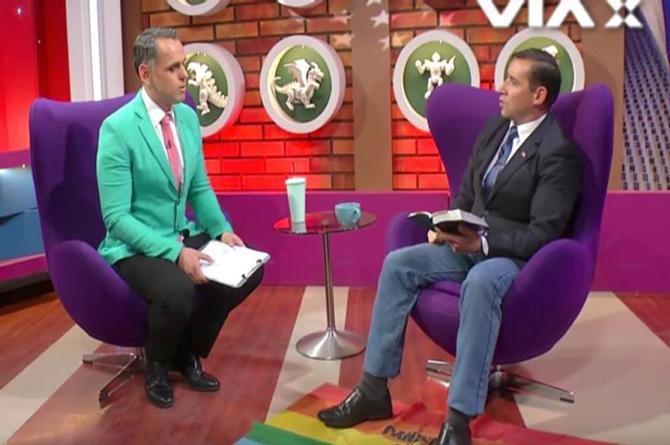 ¡Pastor pisotea la bandera de la Diversidad Sexual  y ataca a conductor Tv por ser gay!