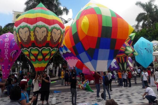 Exhiben enormes globos de papel en el Zócalo de Veracruz (+VIDEO)