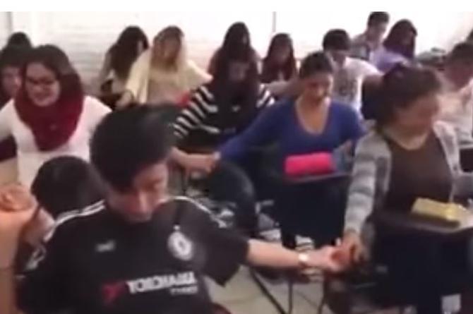 Rezan en el salón de clases para aprobar examen (+VIDEO)