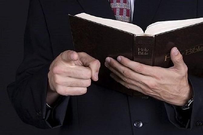 ¡Increíble pero cierto! Pastor demanda a mujer ¡por donar poco dinero a la iglesia!