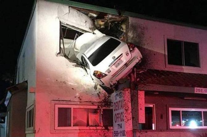 ¿Cómo llegó ese auto ahí? (+FOTO)