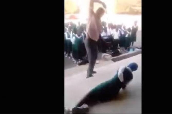Como en los viejos tiempos, maestro propina golpiza a alumnos por faltar al escuela (+VIDEO)