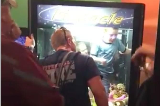 Nadie sabe cómo, pero este niño quedó atrapado en una máquina al querer ganar un muñeco de peluche