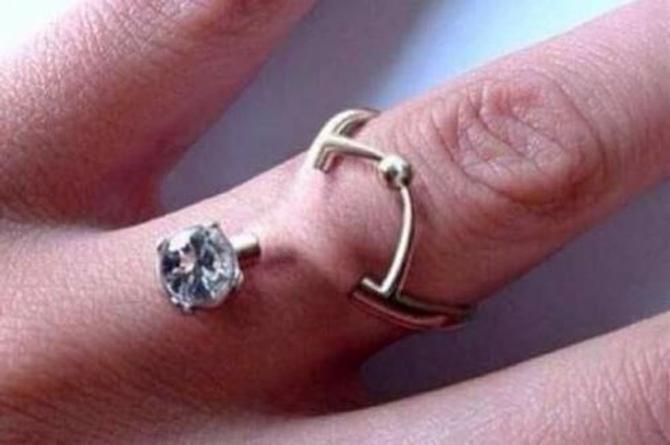 ¡Adiós a los anillos de boda! Lo de hoy es hacerse piercings en los dedos (+VIDEO)