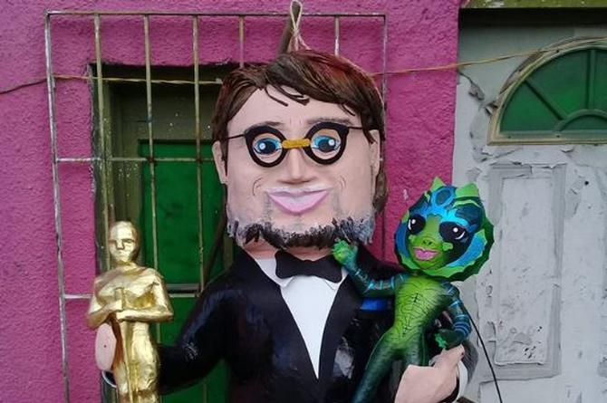 Lanza piñata de Guillermo del Toro con todo y su Oscar (+FOTOS)