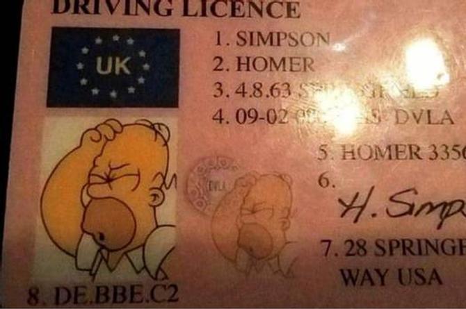 Lo detiene tránsito y se identifica como Homero Simpson de Springfield (+FOTO)