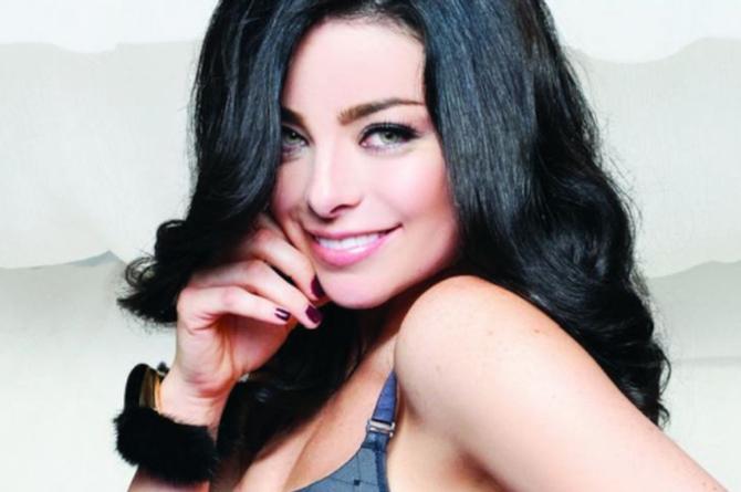Actriz de telenovelas posa sin ropa mientras su esposo la toca #FOTO
