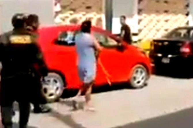 Mamá de cuernudo intenta darle 'latigazos' en plena calle #VIDEO