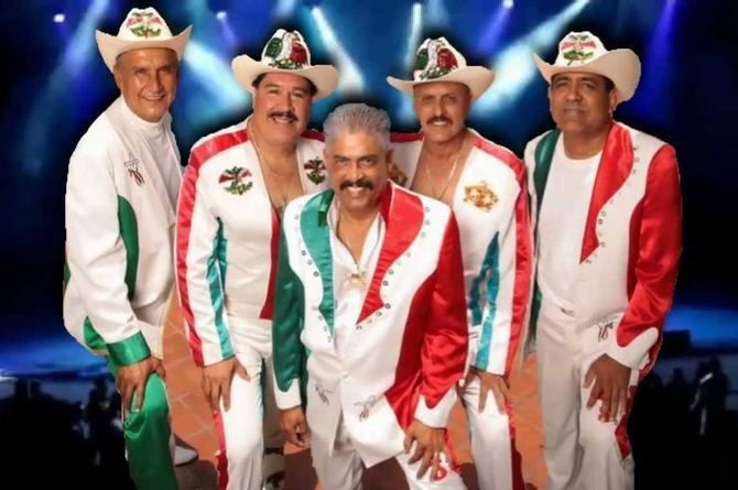 Mexicanos cumplen reto y cantan desde la azotea 'Ramito de Violetas' (+video)