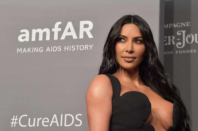 Tunden a Kim Kardashian; la señalan de querer lucrar con la pandemia