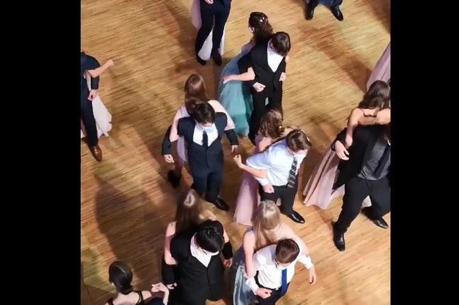 Bailan de espaldas para evitar contagios de coronavirus (+video)