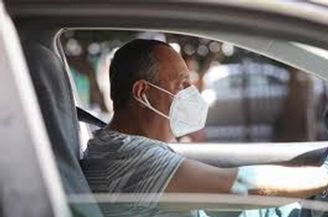 ¿Manejar con las ventanas abiertas reduce el riesgo de padecer COVID-19?