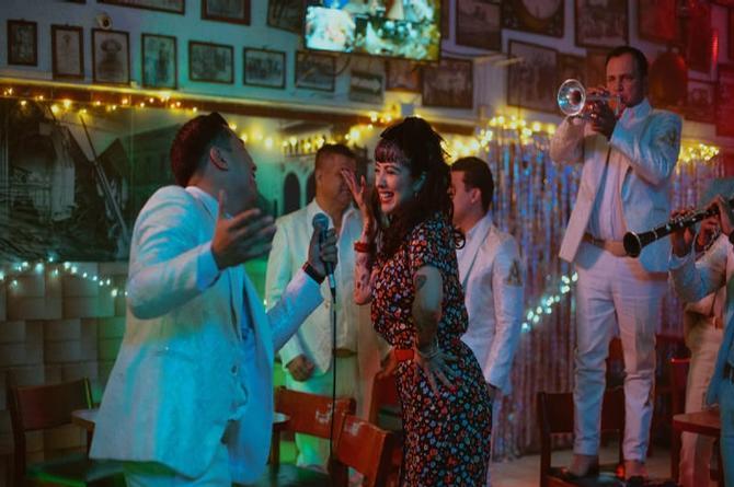 ¡Se van de piste! Mon Laferte y La Arrolladora Banda el Limón le cantan juntos al desamor (+video)